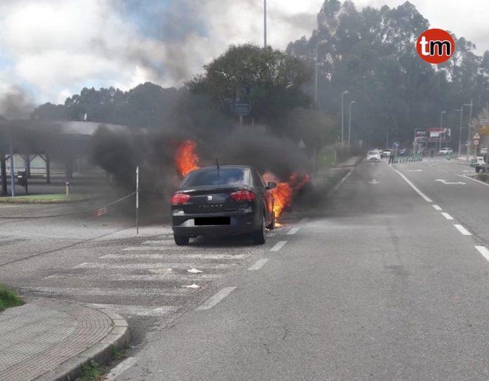 Arde un coche en la entrada del polígono de Areas en Tui