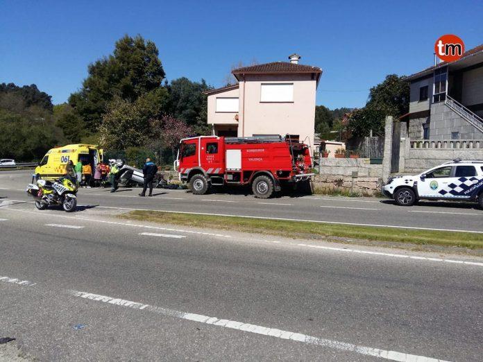Excarcelan a un conductor tras volcar con su coche en Tui