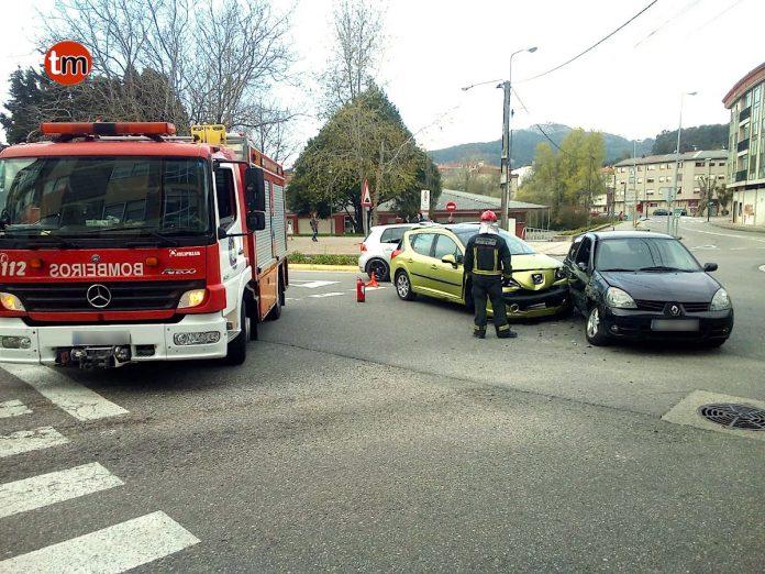 Dos heridos en una colisión frontolateral en Gondomar