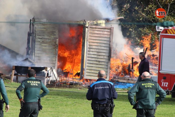 Los Bomberos sofocan el incendio de un galpón en San Pedro de A Ramallosa
