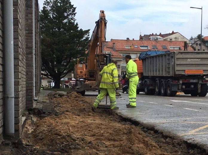 Reparan las aceras en el entorno del pabellón de Panxón