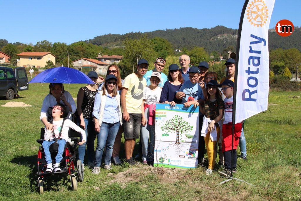 Alumnos del Arquitecto Palacios y del Juan María plantan 140 árboles autóctonas en Porto do Molle