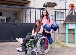 La falta de un ascensor obliga a una niña enferma a subir las escaleras con la ayuda de los profesores