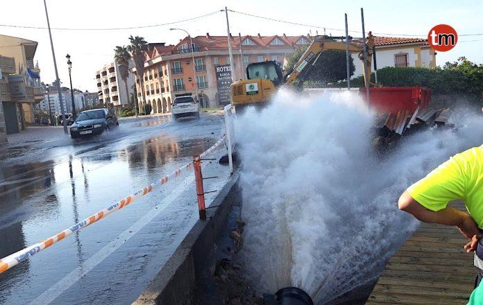 """La rotura de una tubería provoca un """"géiser"""" en Baiona"""