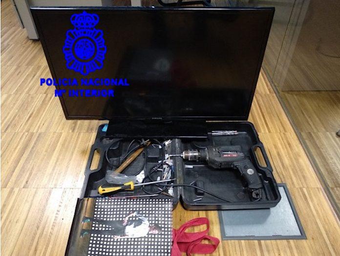 Detenidos tres vecinos de Tomiño y A Guarda con un coche lleno de escondites para objetos robados