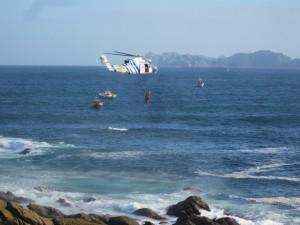 El pesca 1 rescatando a uno de los marineros en Cabo Silleiro