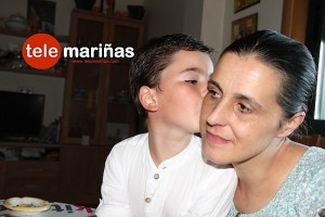 FOTO BANDALLO // Ángel con su madre en casa