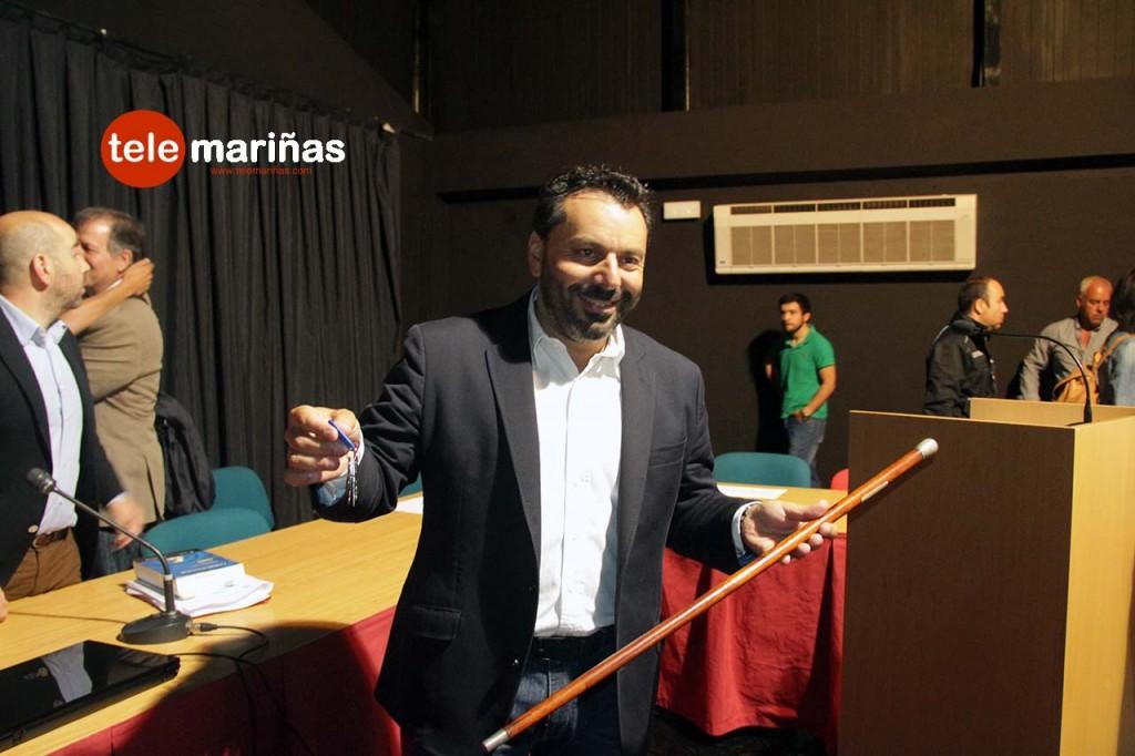 FOTO BANDALLO // Paco Ferreira con las llaves en la mano tras ser nombrado como nuevo alcalde.