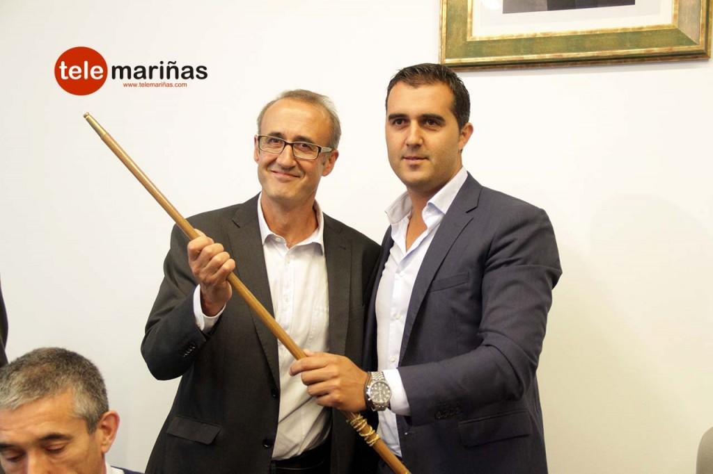 FOTO BANDALLO //  Juan Gonzáles recibiendo el bastón de mando de las manos de Alberto Valverde.