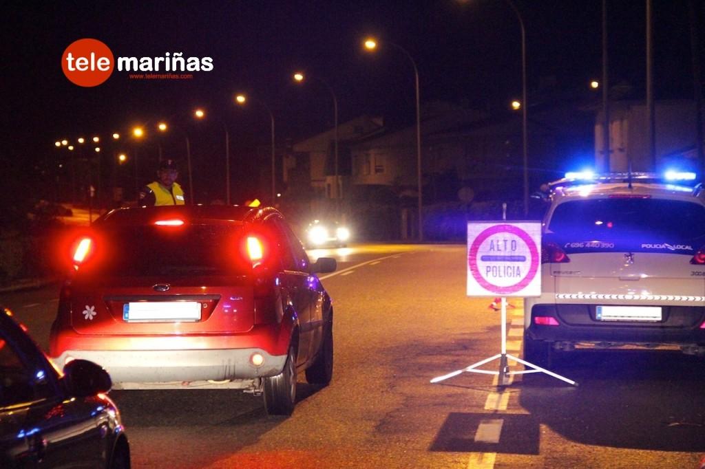 FOTO RUBENS //  La Policía Local de Nigrán realizando el control de alcoholemia.