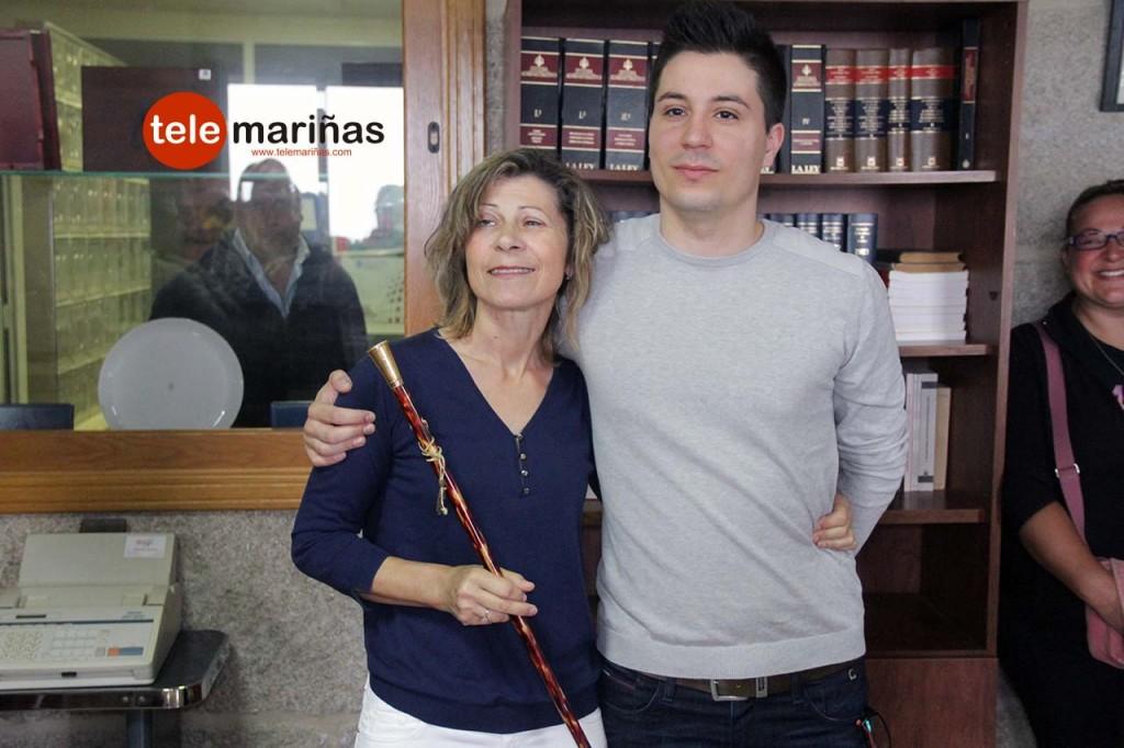 FOTO RUBENS // Rosa con su hijo Diego tras ser nombrada como nueva alcaldesa de Oia.