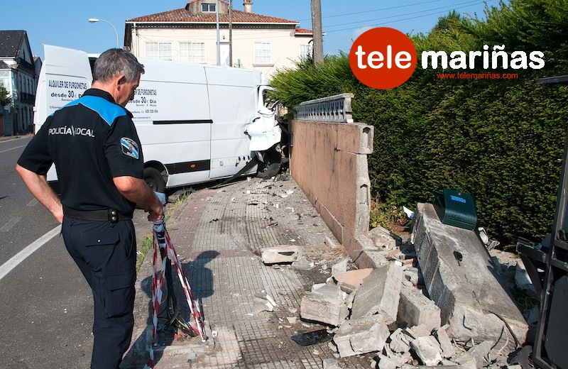 FOTO BRAIS MARTÍNEZ // Un Policía Local de O Rosal en el lugar del suceso